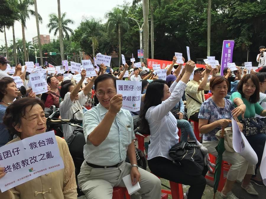今年學測引發的爭議讓家長與教育人士到教育部前抗議。(報系資料照,林志成攝)