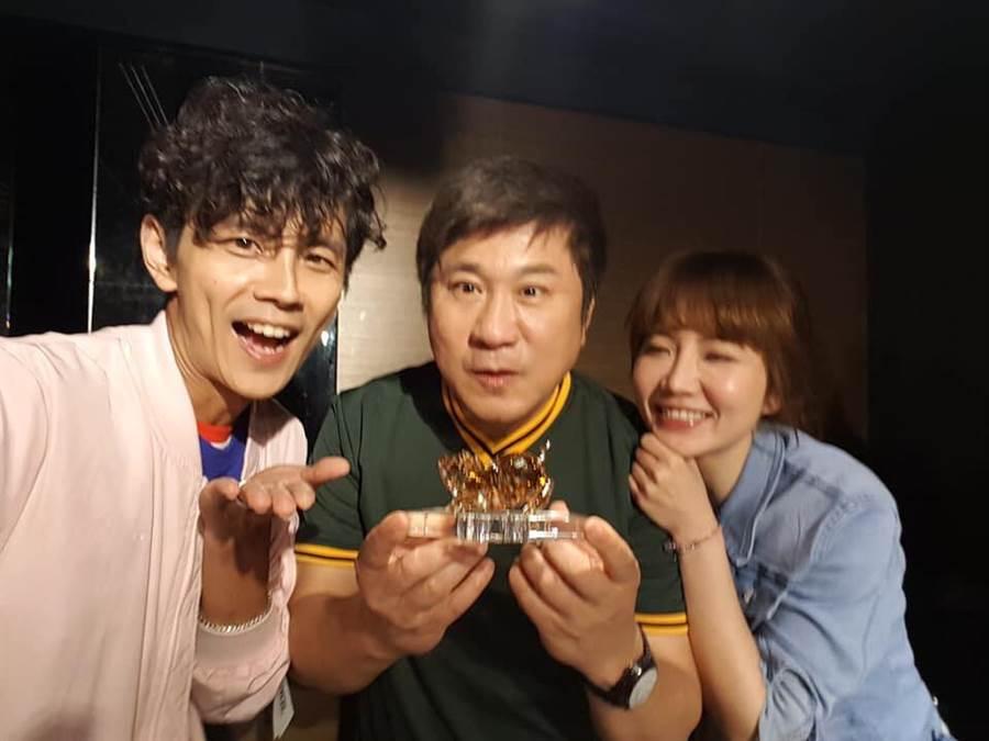 胡瓜(中)、阿翔和谢忻(右)是节目《综艺大集合》主持人。(图/翻摄自谢忻脸书)