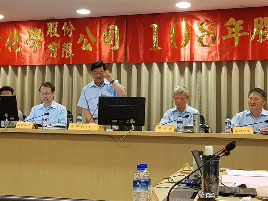 中碳董事長何燦穎(左二)12日主持股東常會,他表示,中碳已經擬妥3策略因應外在環境變局。圖:顏瑞田