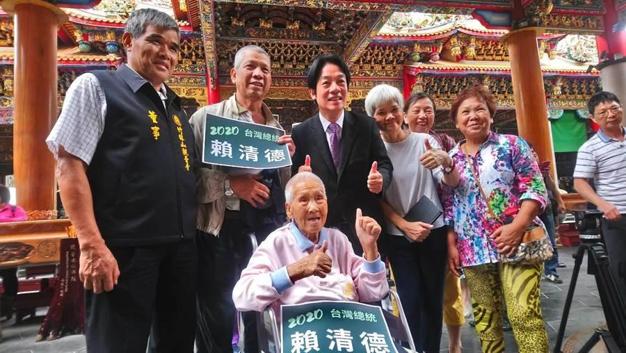 賴清德今早先到林口竹林寺參拜,高齡90幾歲的支持者開心的與賴合影。(吳亮賢攝)