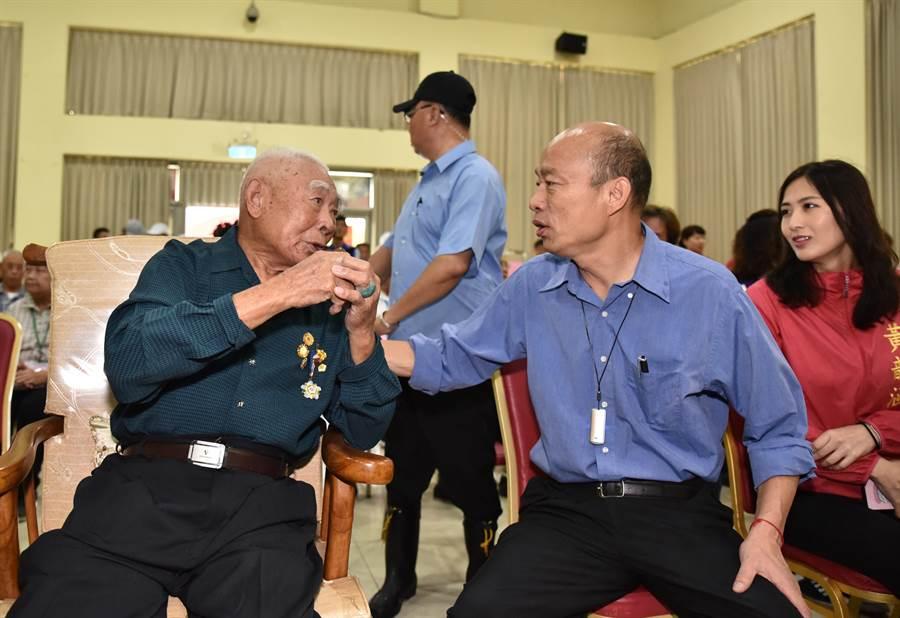 高雄市長韓國瑜(前中)到岡山榮家視察,為百歲人瑞雷永祥(左)祝賀,兩人的生日是同月同日。(林瑞益攝)