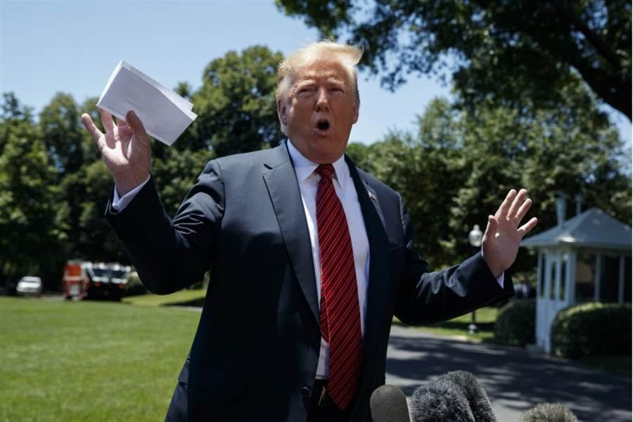 美國總統川普11日稱他與墨西哥達成的新移民協定中含有「神秘條款」,卻無意間被記者捕捉到部分內容。(美聯社)