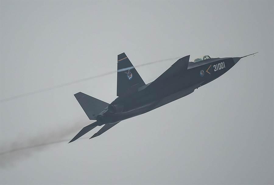 解放軍殲-31戰機在珠海航展會場上空進行飛行表演的畫面,被稱為「鶻鷹」的殲-31是中國航空工業集團瀋陽飛機工業集團公司研製的第4代雙發中型隱形戰機。(新華社)