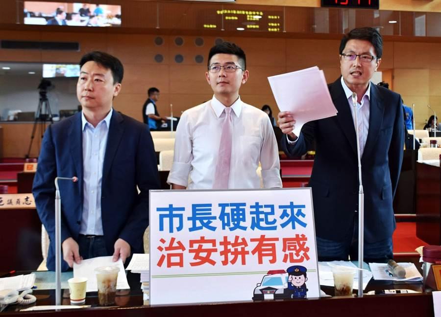 市議員林德宇、黃守達、陳世凱(由右至左)等人,12日質詢要求市長盧秀燕要硬起來,治安才能拚有感!(陳世宗攝)