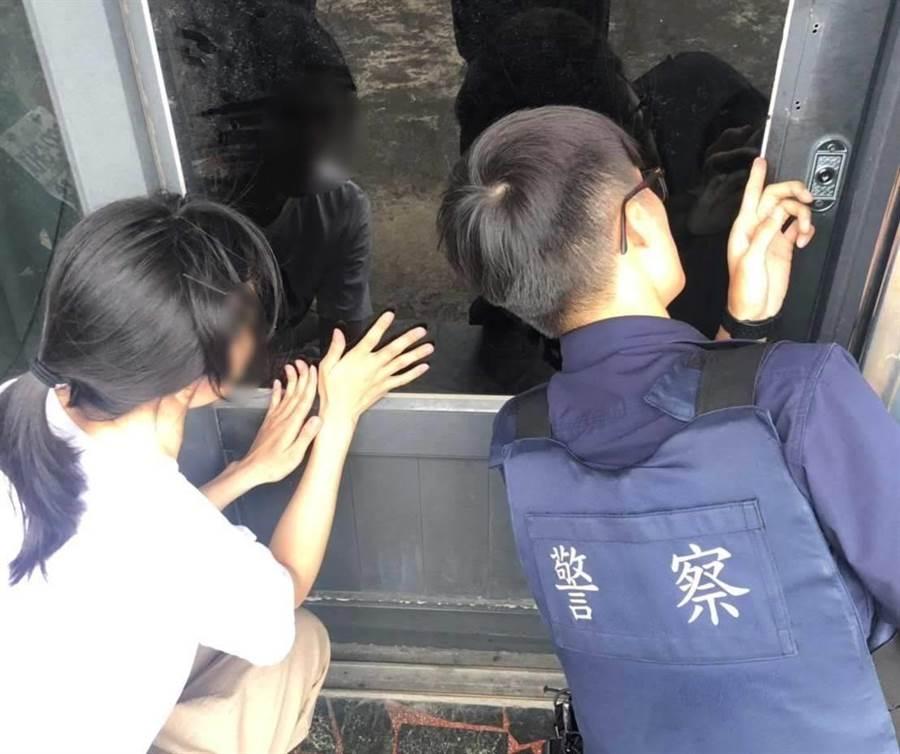 女童反鎖屋內,員警引導開鎖助脫困。(警方提供)