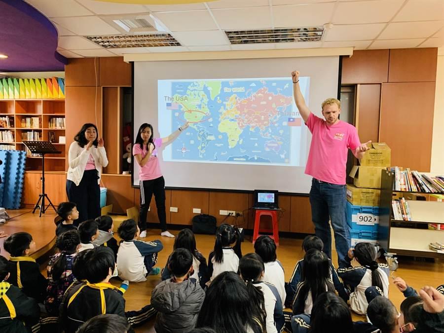 中市府英語環遊世界領袖營巡迴48所學校,讓學生站上國際舞台。(陳世宗翻攝)