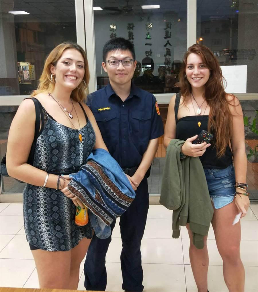 西班牙籍女子艾琳Ailin(右 )與朋友來台灣遊玩,不慎將手機遺留在計程車上,透過發簡訊讓員警迅速找到她,表示對台灣人的友善印象深刻。(黃國峰翻攝)