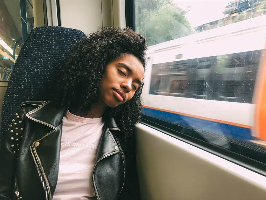 搭電車睡著 她醒來驚覺穿越異次元(示意圖/達志影像)