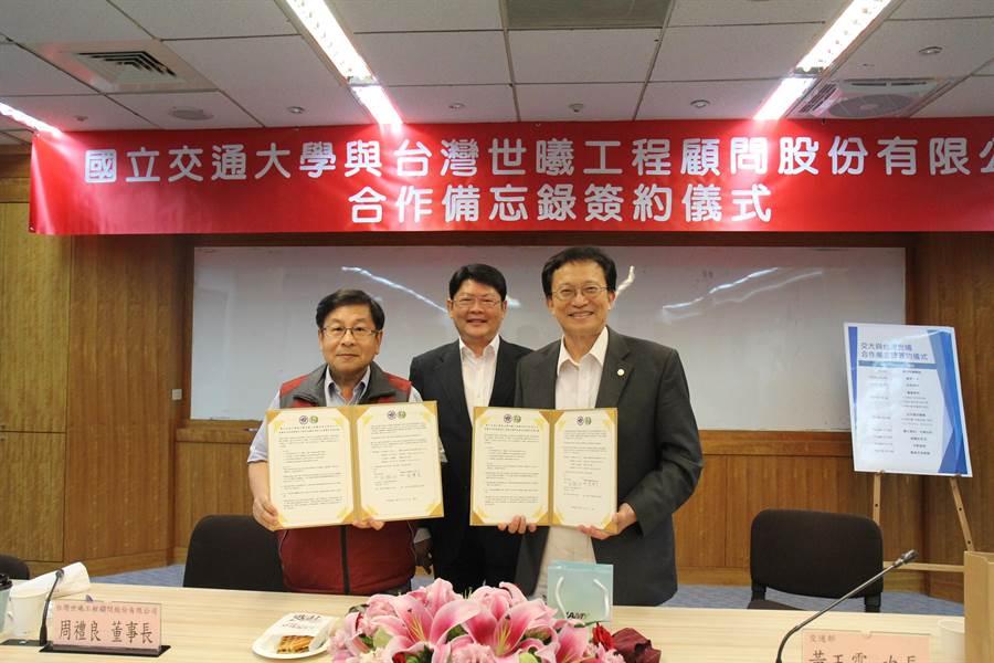 交通部次長黃玉霖(中)12日宣布五楊高架道路確定延伸到新竹。(徐養齡攝)