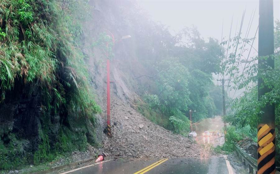 ▲台14線73.3公里人止關段豪雨中發生嚴重坍方落石,並造成雙向無法通行。(楊樹煌攝)