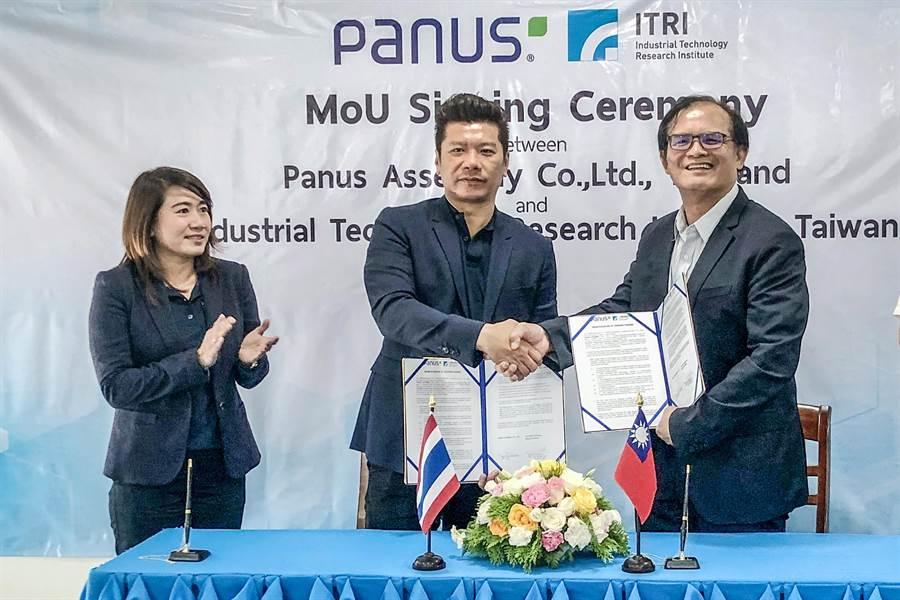 工研院機械所長胡竹生(右)和泰國Panus公司執行長Panus Watanachai(中)簽署合作備忘錄。(羅浚濱翻攝)
