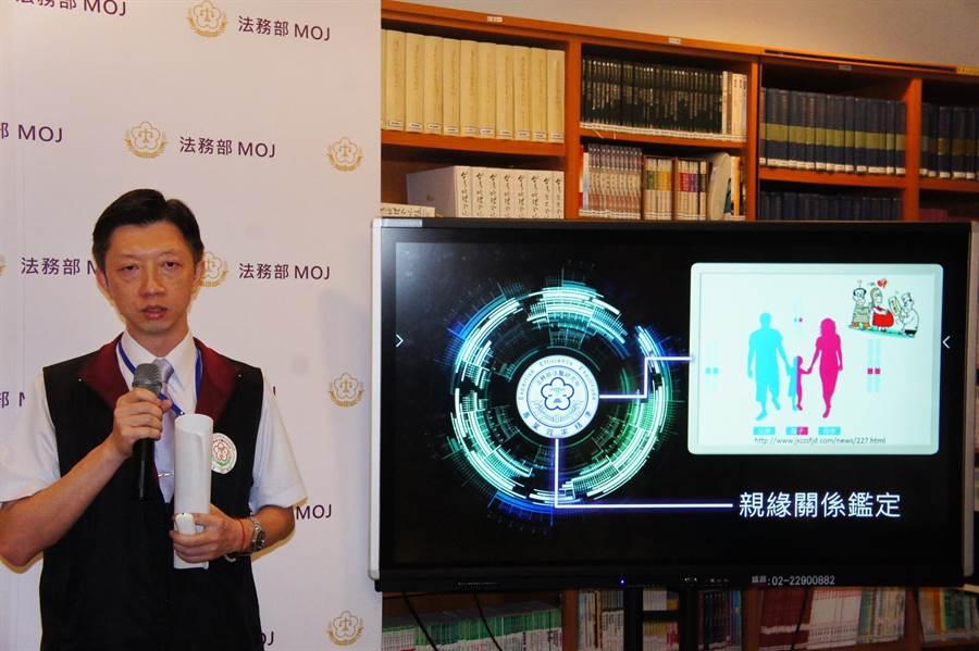 法醫研究所血清證物組長林俊彥說明DNA鑑識程序。(張孝義攝)