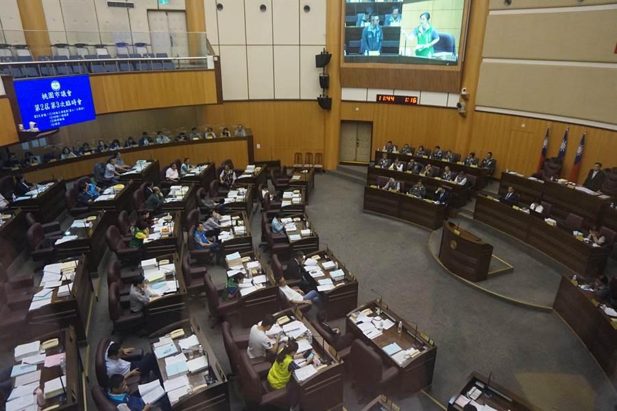 桃園市自助選物販賣事業管理自治條例,3黨議員協商,最後達成50公尺為設置規範。(甘嘉雯攝)