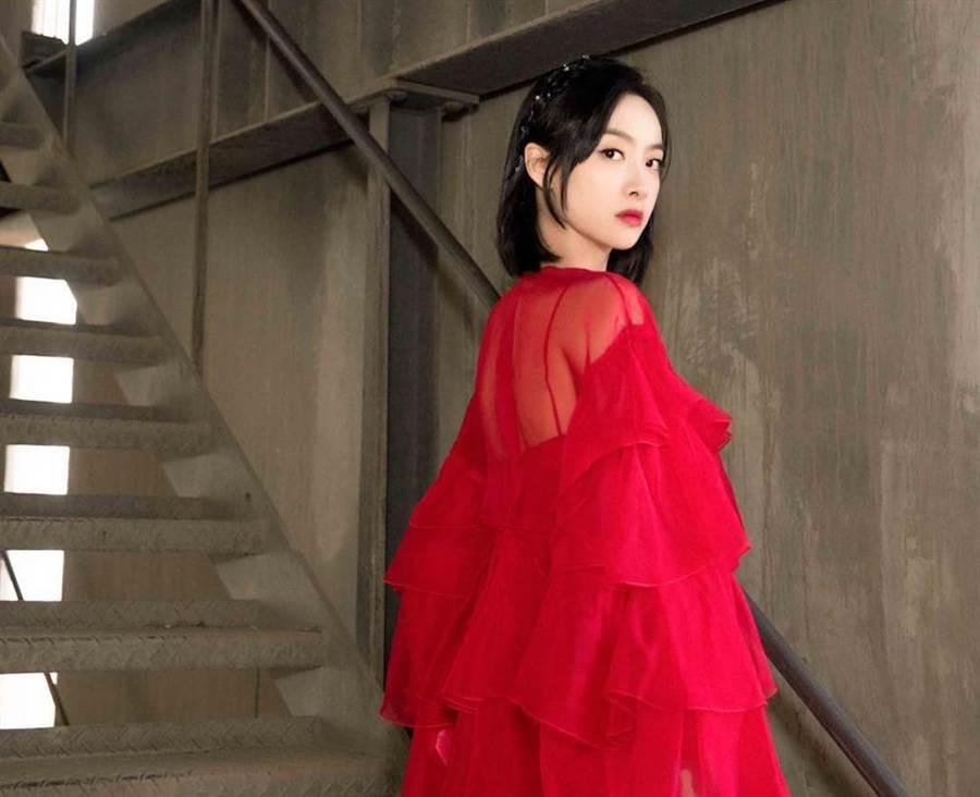 宋茜穿Valentino紅色洋裝上節目,多層次剪裁讓她更加活潑亮眼。紅色垂墜荷葉褶飾烏干紗洋裝,19萬6000元。(Valentino提供)