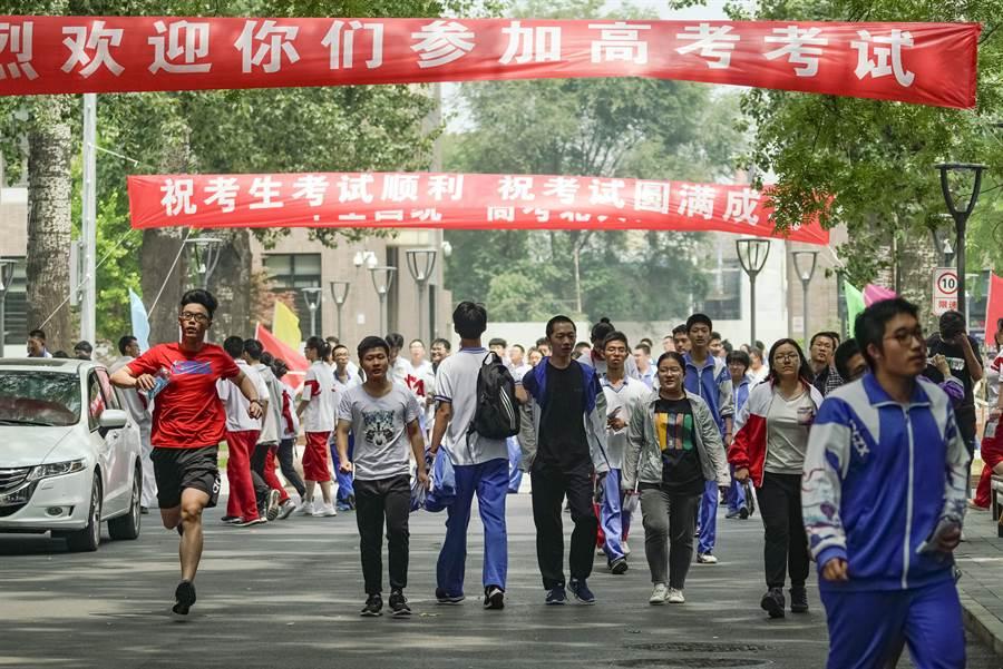 每年的6月初是大陸舉行高考的日期,不只牽動所有學子的心情,連考生家長也蒙受巨大的社會期望與自我的壓力。圖為北京大學附屬中學考場。(圖/新華社)
