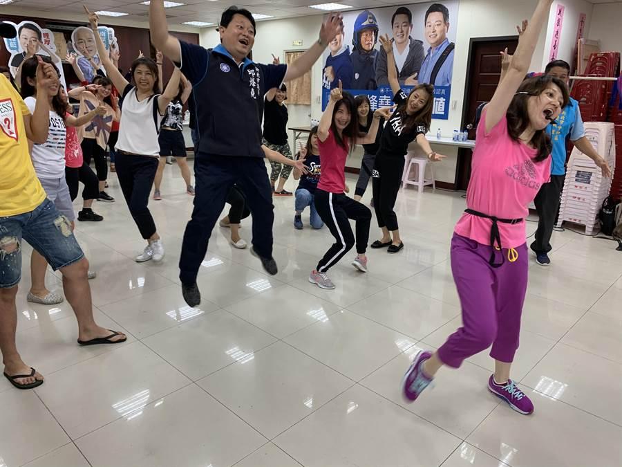 「挺韓健康操」最後的一個動作是自由發揮,每個人都做出不一樣的動作,非常活潑。(王揚傑攝)