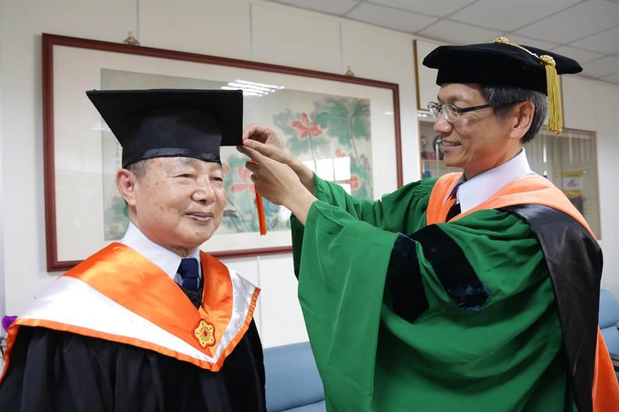 78歲的「馬爺爺」馬敏雄順利取得崑山科技大學機械與能源研究所博士學位。(曹婷婷翻攝)
