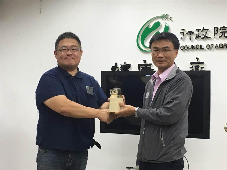 農委會主委陳吉仲(右)致贈張先生(左)貓頭鷹紀念品。(游昇俯攝)
