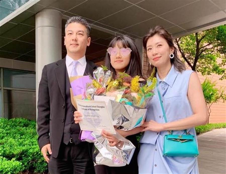 賈靜雯與前夫孫志浩、女兒Angel首度同框。(取材臉書)
