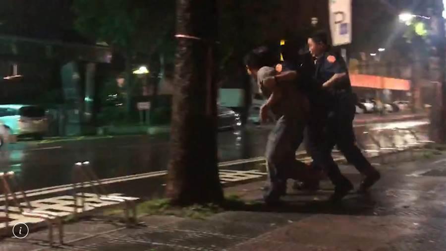 在警方護送下人質陸續脫困。(本報記者)