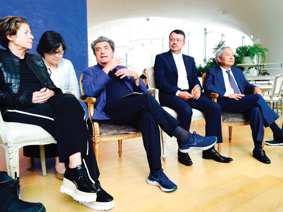 義大利國寶建築師Antonio Citterio(中)與Patricia Viel(左一),受台中市室內設計裝修公會理事長李仲立(右二)之邀舉行午茶講座,大陸建設董事長張良吉(右一)連袂出席。圖/鄭啟明