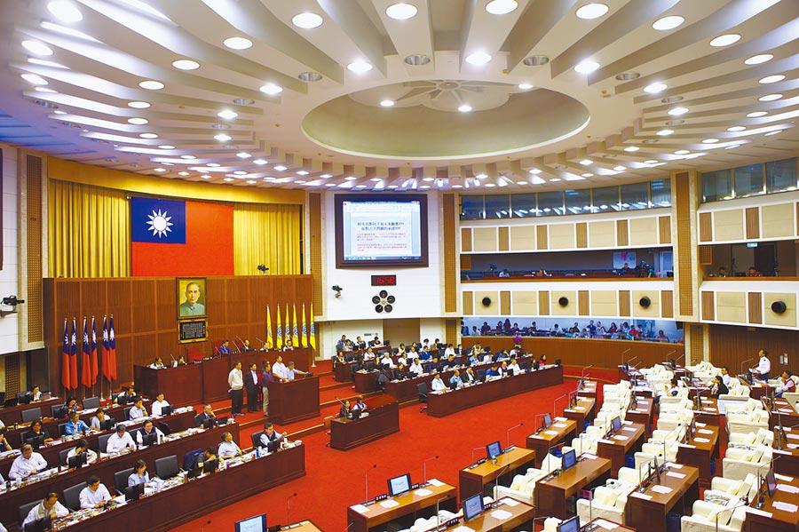 國民黨台北市議會黨團提出自治條例,要求市府恢復全面發放敬老金,12日自治條例可能通過法規會審議送議會大會闖關。(張立勳攝)