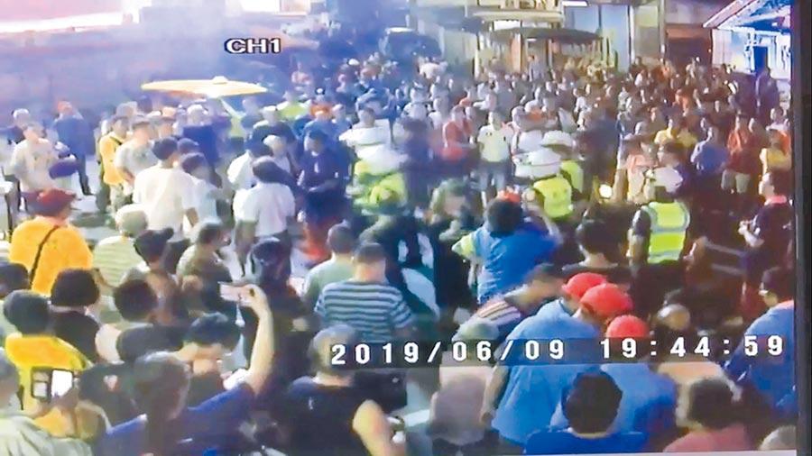 淡水「清水祖師遶境」活動爆發數起衝突事件,警方出動快打部隊到場處理。(王揚傑翻攝)