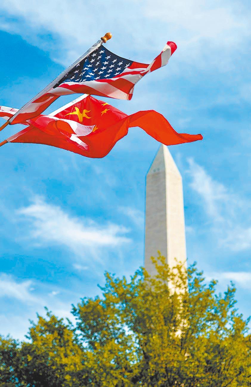 如何妥處中美之間地位問題,考驗中美當局。圖為華盛頓街頭飄揚中美國旗。(新華社資料照片)