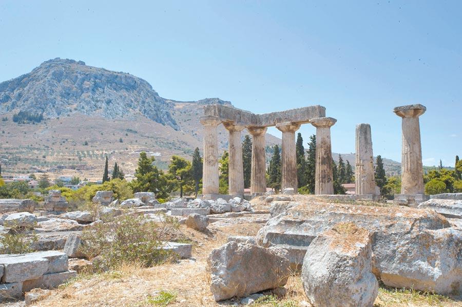 雅典西南約70公里的壟林斯古城中的阿波羅神廟遺址,壟林斯曾經是古希臘最強盛的城邦之一。(新華社)