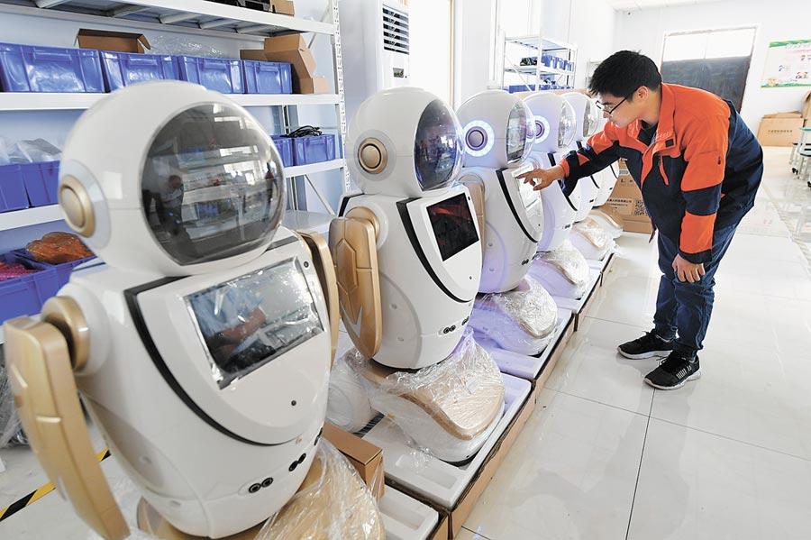 5月23日,在河北衡水市一家智慧機器人生產企業,技術人員進行成品質檢。(新華社)