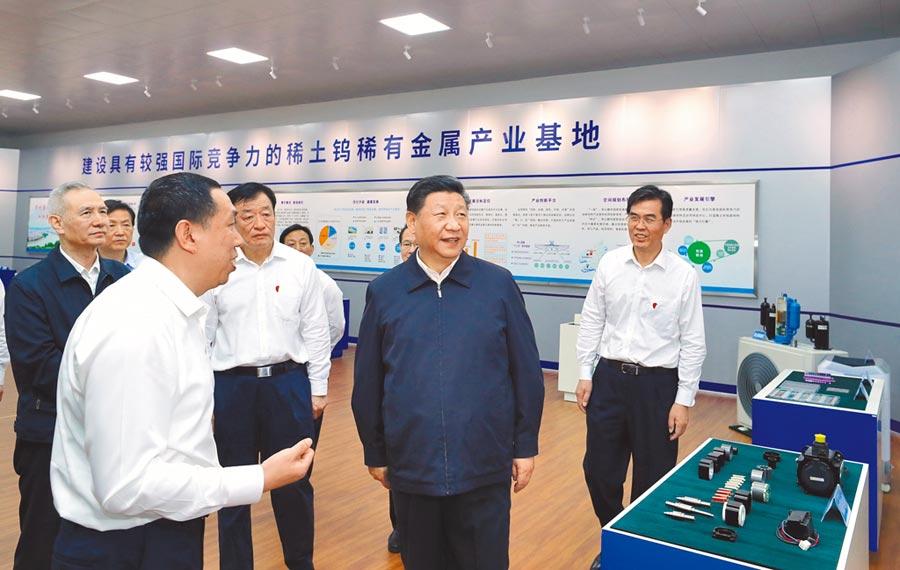 5月20日,大陸國家主席習近平(右2)赴江西考察調研,到贛州市一家企業了解稀土產業發展情況。(新華社)