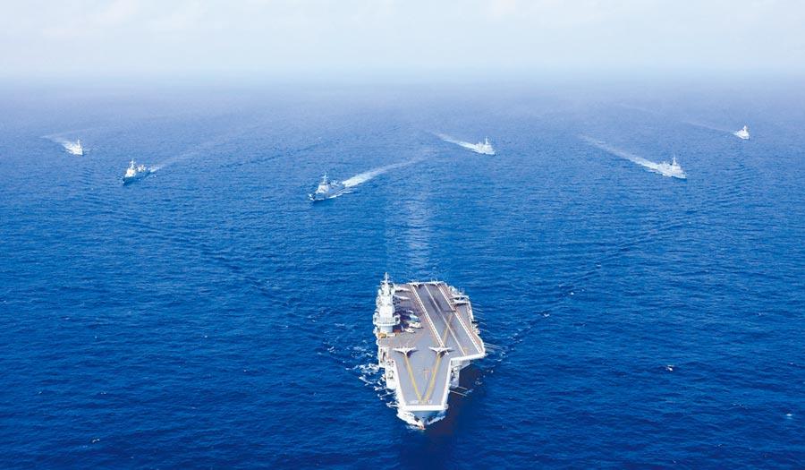 遼寧艦11日通過宮古海峽,圖為2018年4月執行遠海訓練任務的遼寧艦編隊。(中新社)
