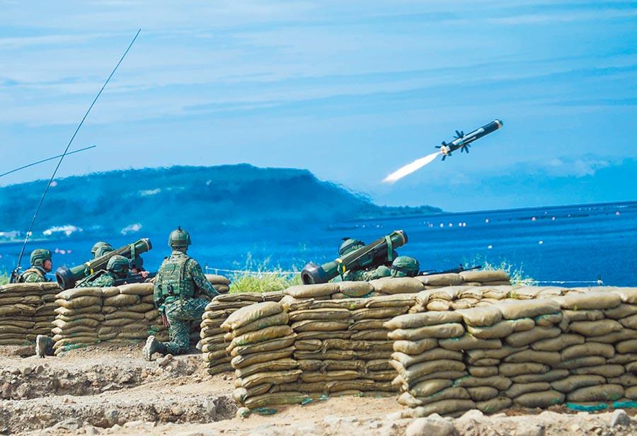 「漢光35號演習」參演官兵進行CM11戰車與標槍飛彈射擊。(軍聞社)