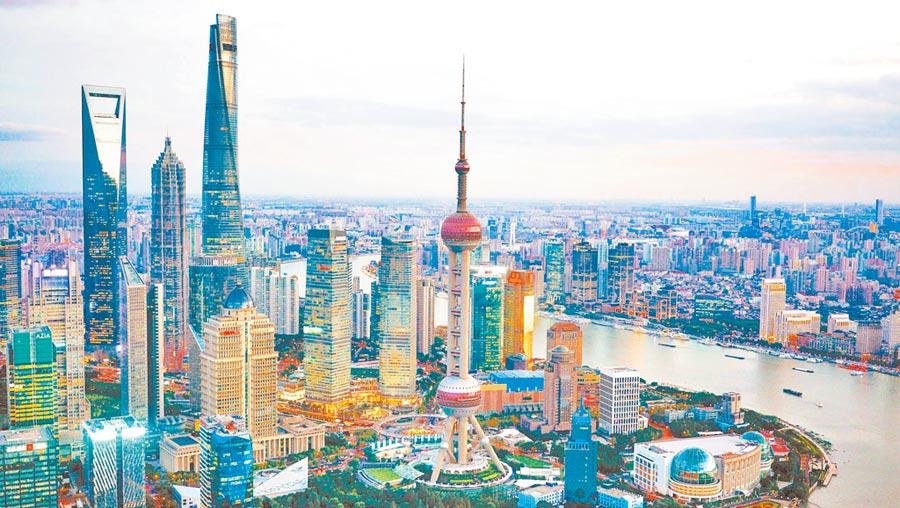 大陸正在打造長三角一體化經濟。圖為2018年11月1日拍攝的上海陸家嘴金融貿易區。(新華社)
