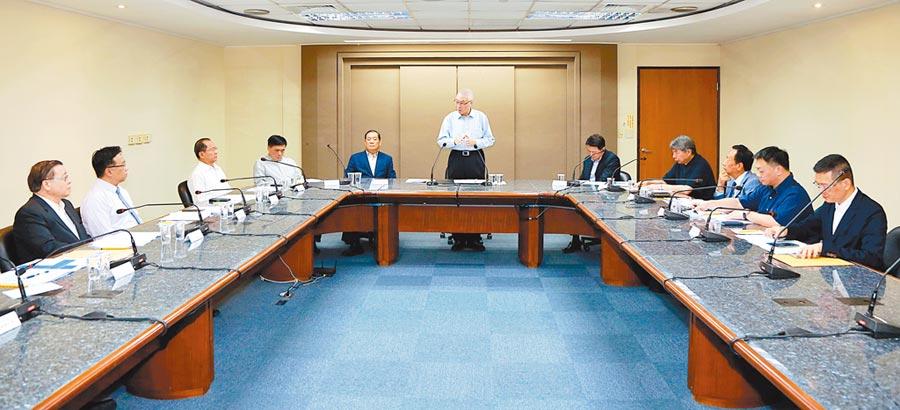 6月11日,國民黨舉行總統初選參選人座談會,黨主席吳敦義(中)主持開場並致詞。(國民黨提供)