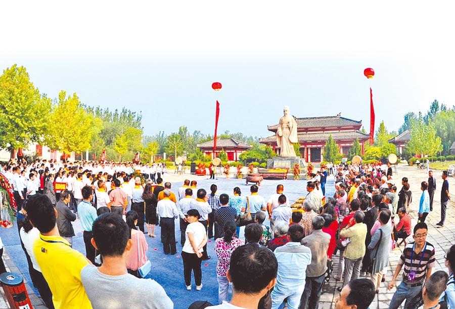 2016年9月12日,第八屆海峽兩岸(濱州)孫子文化論壇在山東惠民舉行,兩岸近300人參加開幕式。 (新華社)