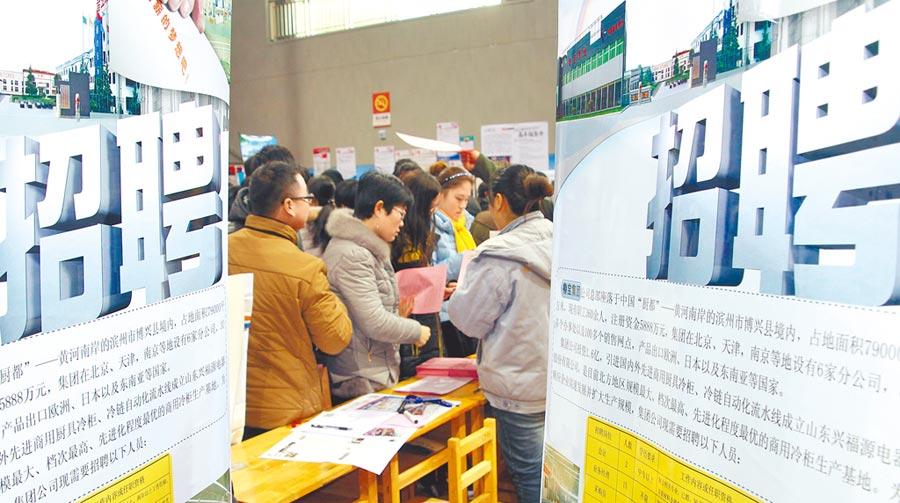 山東濱州舉行「2016春風行動大型招聘會」,求職者和用人單位工作人員洽談。 (新華社)