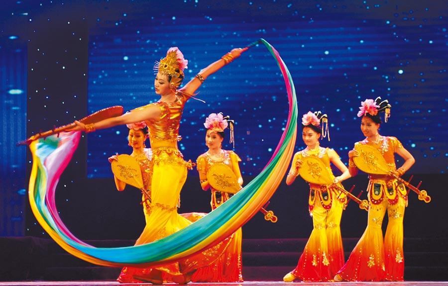 西北民族大學的師生表演民族舞蹈。(新華社資料照片)