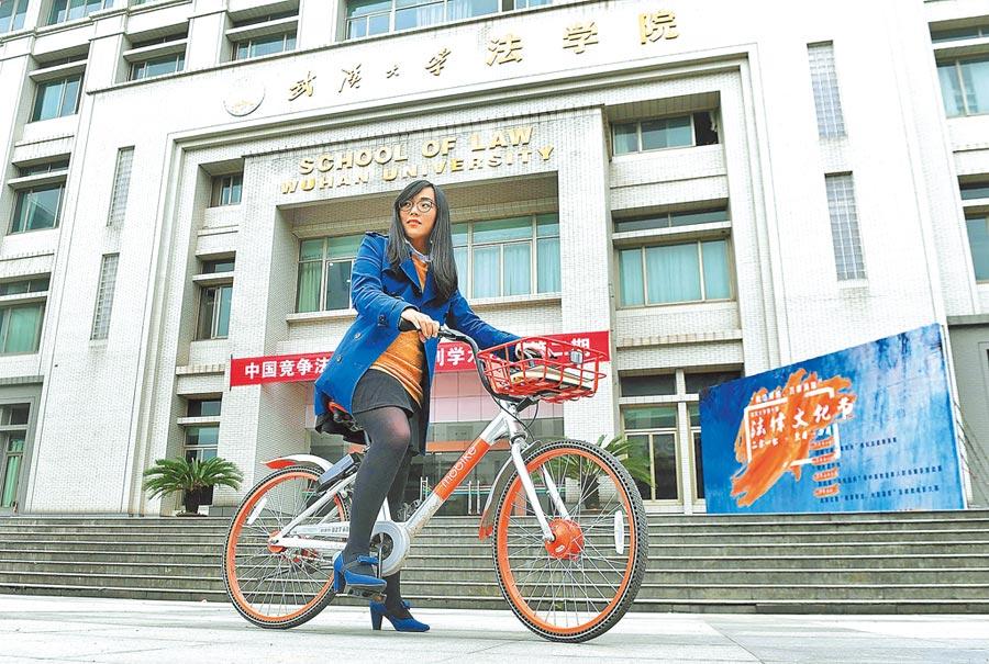 台生騎車至武漢大學法學院上學。(新華社資料照片)