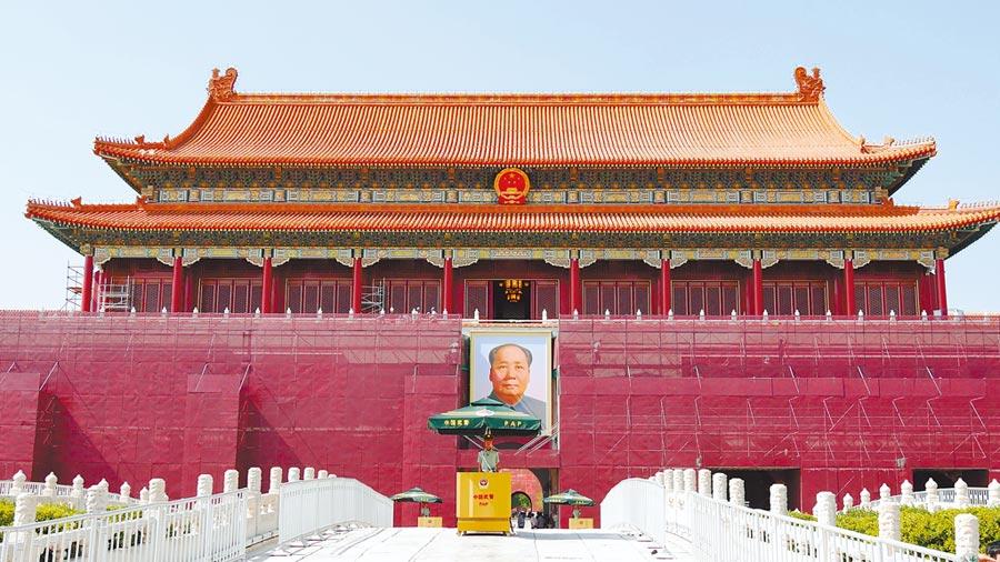 天安門城樓已開始修葺與油漆,城樓上依稀可見工人身影。(記者陳柏廷攝)