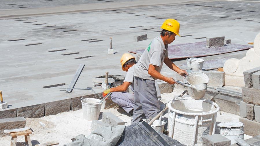 為了迎接大陸十一黃金周假期,北京故宮太和殿前廣場的地磚正加緊整修。(記者陳柏廷攝)