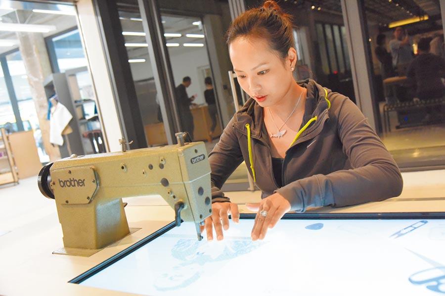 民眾體驗具有科技感的縫紉機。(中新社資料照片)