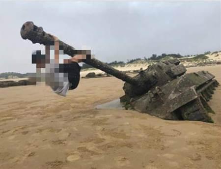 金門退役戰車當單槓爬 遊客PO網炫耀挨轟