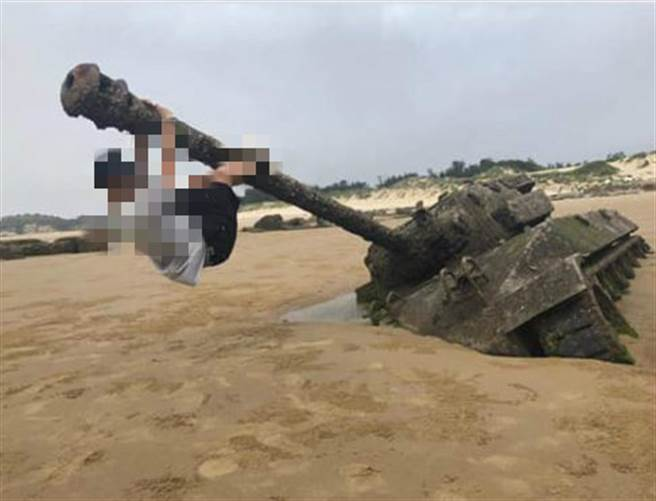 遊客任意爬上生鏽的砲管拍照,軍方研擬將這輛戰車移回軍營內,不讓珍貴史蹟一再遭受破壞。(圖/翻攝自「靠北金門」)