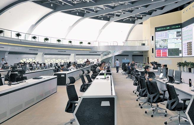 全超導托卡馬克核聚變實驗裝置控制大廳裡,科研人員正在進行新一輪的科學實驗。(中新社資料照片)