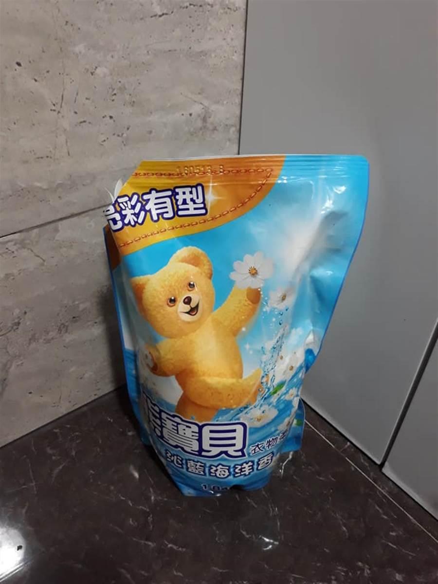 老婆覺得不對勁,前往浴室一看,才發現老公用的沐浴乳,是她上次拿來裝熊寶貝洗衣精的空瓶 (圖/翻攝自爆怨公社)