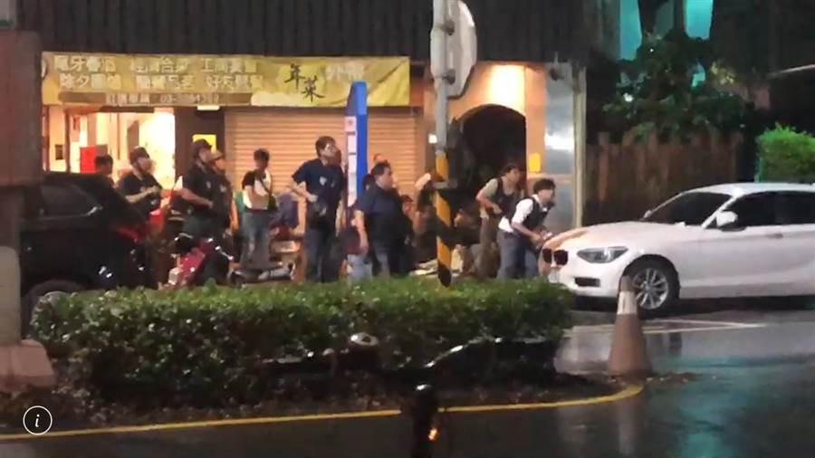 桃園市發生歹徒挾持人質與警對峙。(本報記者)