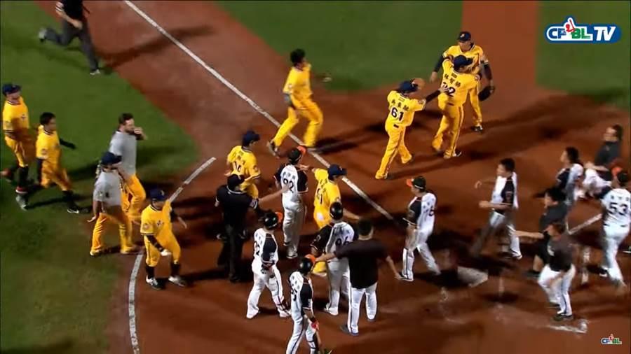 獅象大戰因王鴻程投出頭部近身球,造成兩隊2度板凳清空。(截自中華職棒CPBL Youtube)