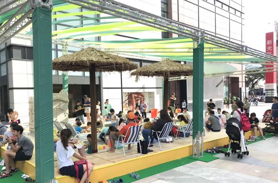 新光三越台南新天地西門廣場即日起至7月15日有長達15米的夢幻白沙沙灘,是放風打卡熱點。(新光三越提供)