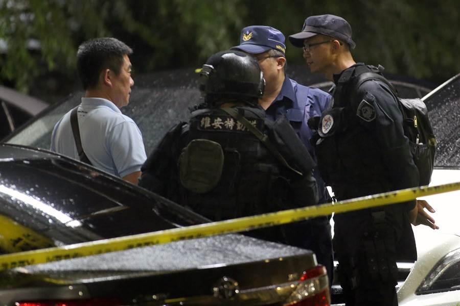 警方層層包圍不敢大意,維安特勤隊及刑事局除暴特勤隊與偵查第一大隊等警力前往桃園支援。(陳麒全攝)